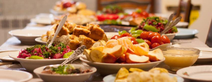 How These Shluchot Host Shabbat Meals for 150+ People