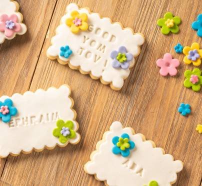 The Prettiest Floral Cookie Seating Cards for Shavuot
